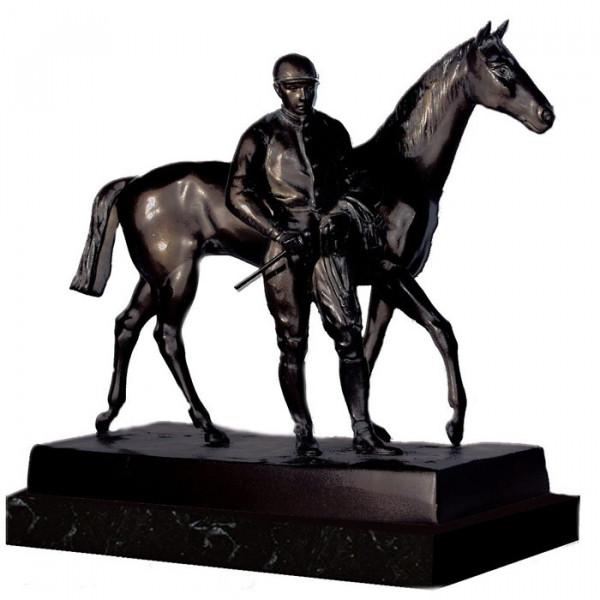 Elegante Figur Reiter Pferd Reitsport Jockey Auszeichnung Siegerpokal